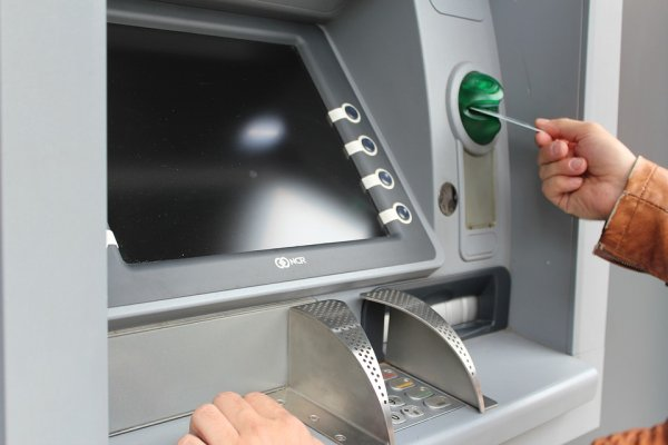 Налог на нал: разрабатывается новая комиссия за операции по банковским картам