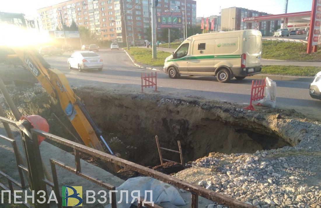 «Черная дыра» разрослась. Фото с места провала асфальта в пензенском микрорайоне Арбеково