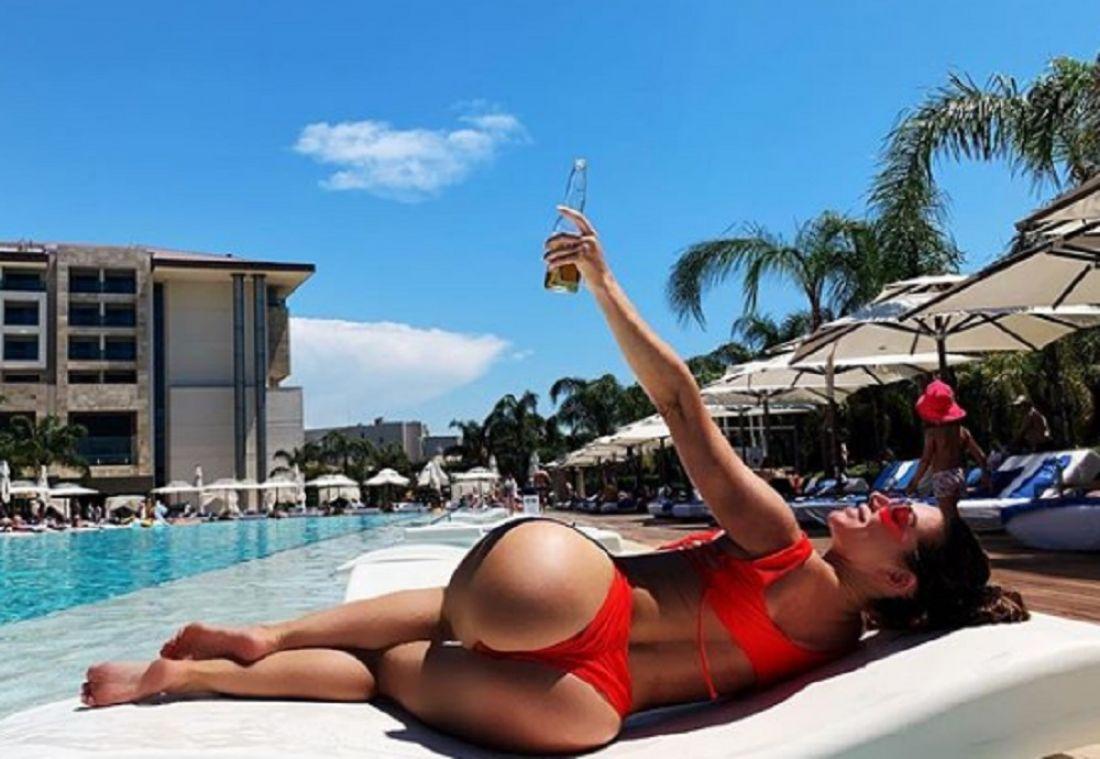 «Поставлю лайк, пока жена не видит». Анна Седокова взбудоражила поклонников фото в купальнике