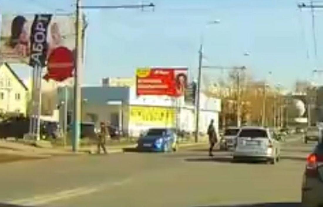 На Бекешской улице в Пензе женщина бросилась под колеса такси. Видео